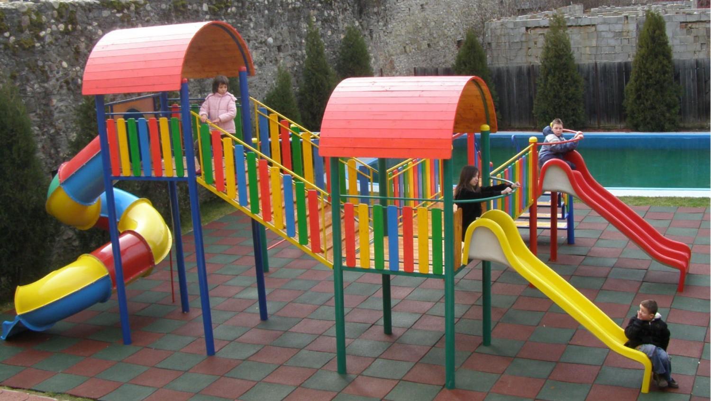 Tobogan copii, cu scara si turnuri, M5-2008, structura metalica, 840 x 620 x 380 cm