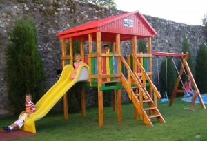 Tobogan copii, cu leagane si scara, M4-2009, structura lemn, 760 x 380 x 300 cm